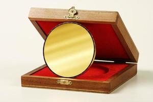 onderscheiding of souvenir gemaakt van messing metaal in een houten kist foto