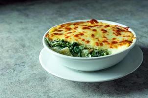 spinazie lasagne met kaas, italiaans eten, vegetarische lasagne foto