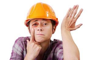 man met een blauw oog in een oranje helm foto