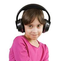 meisje luistert naar muziek op koptelefoon foto