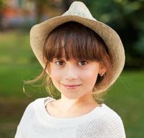 charmant meisje met bruine ogen in een stijlvolle hoed foto