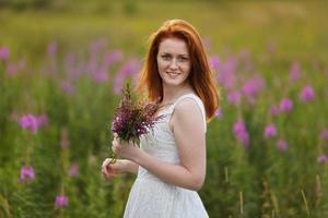 blij meisje met een boeket bloemen foto