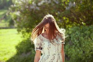 meisje in een zomerjurk met lang haar foto