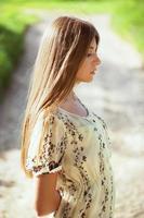 slank meisje in een zomerjurk foto