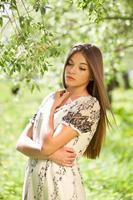mooie meid in een zomerjurkje foto