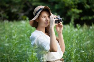 vrouw met een camera in de hand foto