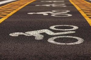 wegmarkeringen aangebracht op asfalt foto