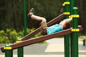 kleine jongen oefenen op de speelplaats foto