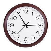 ronde klok toont vijf minuten voor drie foto