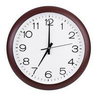 de klok rond zeven uur toont foto