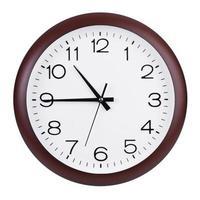 kwart voor elf op de ronde klok foto