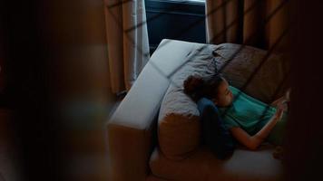 meisje liggend op de bank met behulp van tablet foto