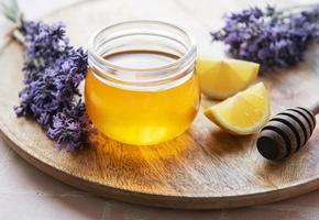 pot met honing en verse lavendelbloemen foto