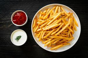 frietjes met zure room en ketchup foto