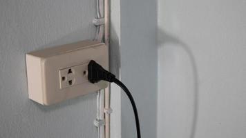 stopcontact, sluit de stekkers aan met een lange voedingskabel. foto