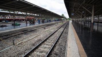 spoorlijn in het treinstation foto