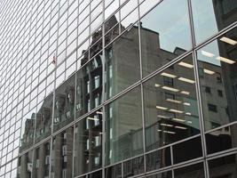 een bouwspiegel met een weerspiegeling van de andere kant van het gebouw foto