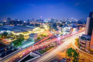 bangkok treinstation met lichten van auto's bij schemering in bangkok foto