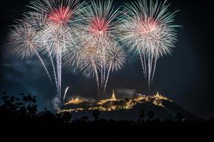 vuurwerkshow over het historische park phra nakhon khiri foto