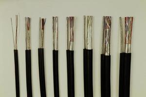 verschillende elektrische kabels foto