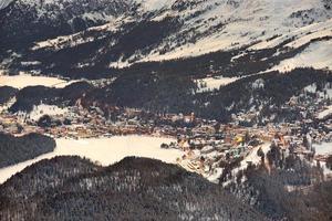 sankt moritz op de zwitserse alpen met sneeuw foto