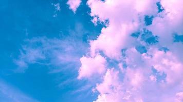bewolkt roze en blauwe kleur achtergrond foto