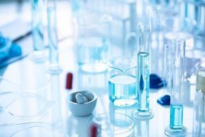 medisch laboratorium reageerbuis in scheikunde biologie laboratoriumtest foto