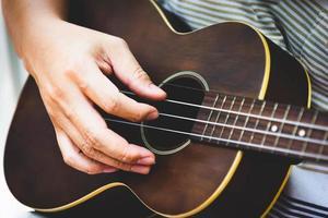 close-up van de hand van de gitarist die gitaar speelt foto