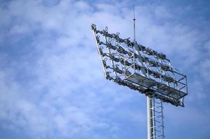 sportstadion spotlight met blauwe hemelachtergrond foto