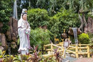 heilige standbeeldgodin bij de tempel van thean hou, kuala lumpur foto