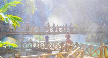 luang prabang laos 21. november 2018 mensen bij kuang si waterval, luang prabang, laos foto