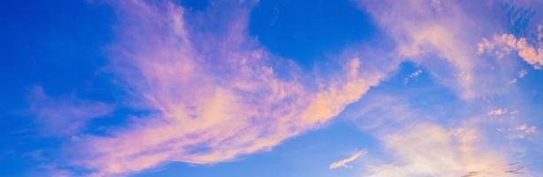 mooie pastelroze lucht als achtergrond foto