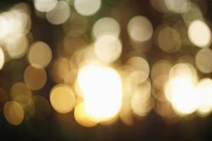 defocus lichte lensflare in het bos bij zonsondergang. foto