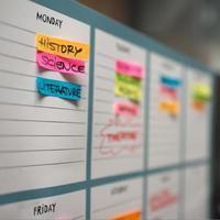 wekelijkse geleerde tijdschema met kleurrijke handgeschreven berichten. foto