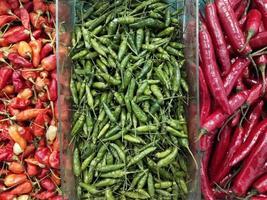 drie stapels van drie verschillende soorten verse chili foto