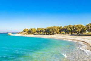 kremasti strand rhodos griekenland turquoise water en natuurlijke kust. foto
