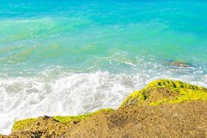 turkoois blauw water en rotsen kremasti strand rhodos griekenland. foto