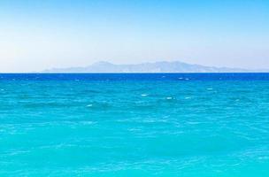 kremasti strand rhodos griekenland turquoise water en Turkije uitzicht. foto