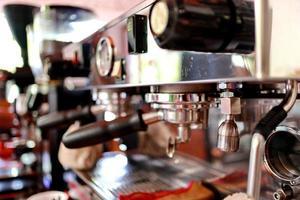 professionele koffiemachine maakt espresso. foto
