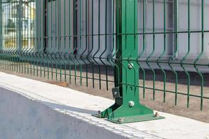 stalen rooster groen hek met draad. schermen. foto