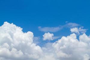 mooie blauwe lucht en wolken foto