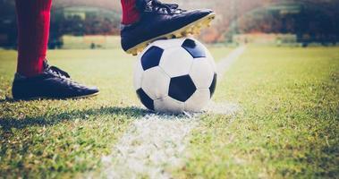 voetbal of voetballer met een bal foto
