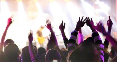 silhouet van een concertpubliek foto