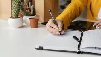 aantekeningen maken in een blanco notitieboekje foto