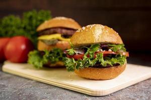 close-up van hamburgers op snijplank foto