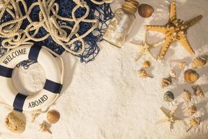 mariene compositie op zand foto