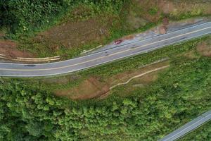 reizen op heuvelachtige weg in de lente luchtfoto foto