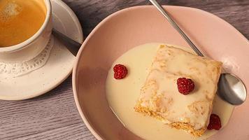 dessert napoleon met vla, gecondenseerde melksaus, foto