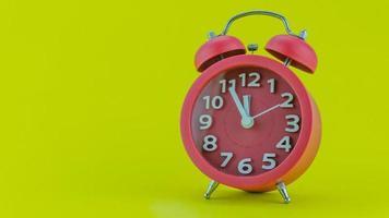 rode wekker op gele achtergrond foto