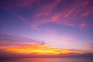 natuur hemel zonsondergang of zonsopgang boven zee foto